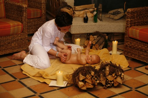 Babymassage im Hotel Alpenrose. Foto: Alpenrose / Stromberger PR