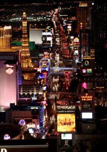 Sport & Entertainment bei Nacht - Im Laufschritt über den Strip  © Las Vegas News Bureau