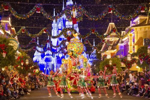 Walt Disney World ist für aufwändige Weihnachtsparaden und -dekorationen bekannt © Walt Disney World Resort
