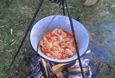Freizeit-Tipp: Vielleicht mal Outdoor-Cooking im ungarischen Kessel ...