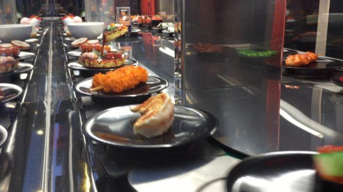 budapester restaurant mit besonderem blickfang rollende sushi bar vor dem restaurant tv. Black Bedroom Furniture Sets. Home Design Ideas