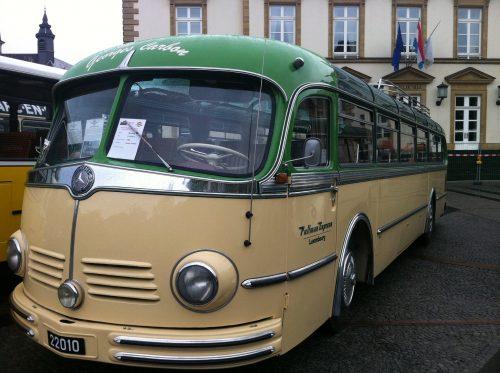 Bus-Veteran - So kann Reisen auch Spass mache. Foto: Flying Media