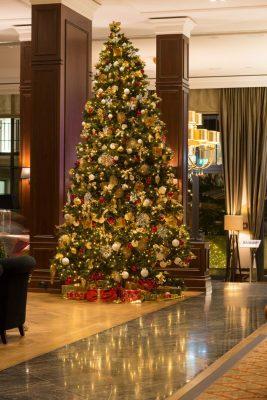 schwimmende weihnachtsb ume verzaubern im kempinski hotel. Black Bedroom Furniture Sets. Home Design Ideas